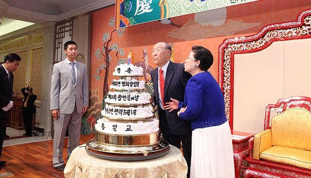 続いてネパールの現職大臣であるエクナトダカル長官夫婦による花束贈呈... 世界基督教統一神霊協会